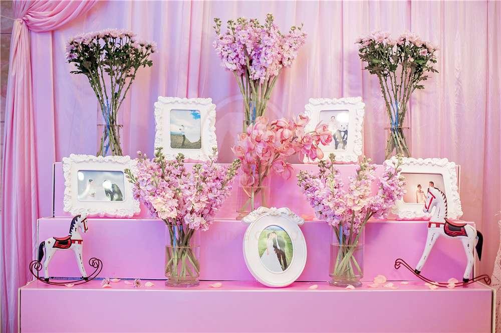如果你喜欢小动物,也可以把婚礼仪式安排在动物园举办,让可爱的大熊猫